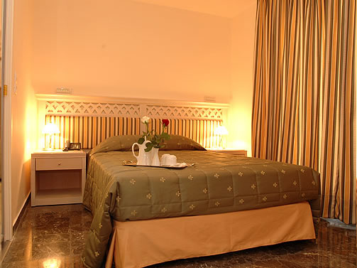 http://www.yalostours.gr/images/new/HOTELS/HOTELS%20ATHENES%20ATTIQUE_html_34a58b70.jpg